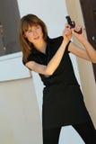 Frau mit der Gewehr im Freien Stockfoto