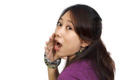 Frau mit der Hand auf Mund Lizenzfreie Stockbilder