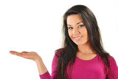 Frau mit der Hand, die Ihr Produkt darstellt Lizenzfreie Stockfotografie