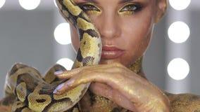 Frau mit der Körperkunst, die Schlange hält stock video footage