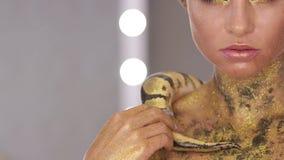 Frau mit der Körperkunst, die Schlange hält stock video