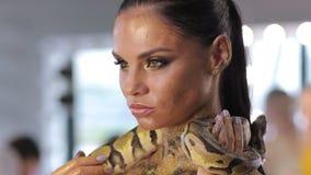 Frau mit der Körperkunst, die Schlange hält stock footage