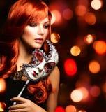 Frau mit der Karnevalsmaske Stockfotografie