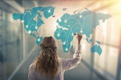 Frau mit der Karte von Verbindungen stockfoto
