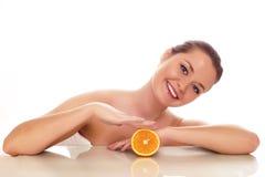 Frau mit der Orange - getrennt lizenzfreies stockbild