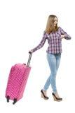 Frau mit der rosa Tasche, die zu der Zeit schaut Lizenzfreie Stockfotos