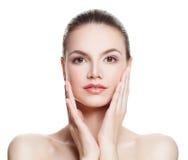 Frau mit der sauberen Haut, die ihre Hand ihr Gesicht berührt Badekurort-Schönheit stockfotografie