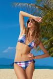Frau mit der schönen Karosserie, die auf Strand aufwirft Stockfotografie