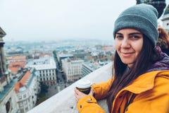 Frau mit der Schale coffe europäische Stadt betrachtend Stockbild