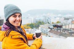 Frau mit der Schale coffe europäische Stadt betrachtend Lizenzfreies Stockfoto