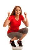 Frau mit der Skala glücklich mit ihrem Gewicht lokalisiert über weißem backg Lizenzfreie Stockfotografie