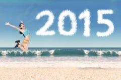 Frau mit der Sportkleidung, die am Strand springt Lizenzfreie Stockfotos