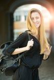 Frau mit der Tasche im Freien Lizenzfreie Stockfotos