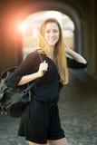 Frau mit der Tasche im Freien Lizenzfreies Stockfoto