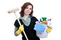 Frau mit der Wanne voll vom Reinigungspuder und -mopp Lizenzfreies Stockfoto