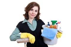 Frau mit der Wanne voll vom Reinigungspuder und -mopp Lizenzfreie Stockfotografie