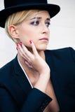 Frau mit Derby-Hut Stockfoto