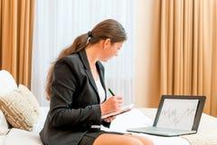 Frau mit Diagrammfinanzieller bedingung stockfoto