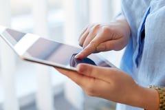 Frau mit digitaler Tablette Lizenzfreie Stockbilder