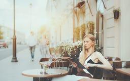 Frau mit digitaler Tablette im Straßencafé Stockfoto