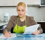 Frau mit Dokumenten Lizenzfreie Stockfotos