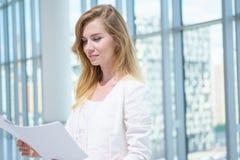 Frau mit Dokumenten Stockfotos