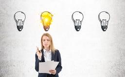 Frau mit Dokumenten und vier Glühlampen Lizenzfreie Stockfotografie