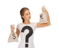 Frau mit Dollar und Euro gekennzeichneten Taschen Stockfotos