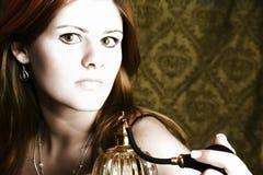 Frau mit Duftstoff-Zerstäuber lizenzfreie stockbilder
