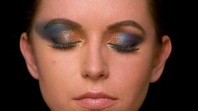 Frau mit dunklem Make-up stock video