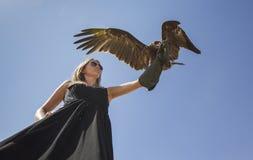 Frau mit einem Adler Stockfotografie