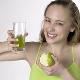 Frau mit einem Apfel Lizenzfreie Stockfotografie