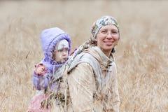 Frau mit einem Baby im Riemen lizenzfreie stockfotos