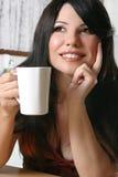 Frau mit einem Becher Kaffee Stockfotos