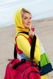 Frau mit einem Beutel draußen Lizenzfreies Stockbild