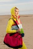 Frau mit einem Beutel draußen Stockbild