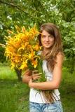 Frau mit einem Blumenstrauß Lizenzfreies Stockfoto