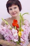 Frau mit einem Blumenstrauß der Blumen lizenzfreie stockbilder