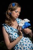 Frau mit einem Blumenstrauß der Blumen Lizenzfreies Stockfoto