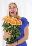 Frau mit einem Blumenstrauß der Rosen Lizenzfreie Stockbilder