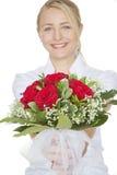 Frau mit einem Blumenstrauß der roten Rosen Lizenzfreie Stockbilder