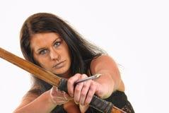 Frau mit einem Bogen und einem Pfeil Lizenzfreies Stockfoto