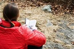 Frau mit einem Buch draußen. Lizenzfreies Stockbild