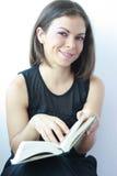 Frau mit einem Buch in ihren Händen stockfotografie