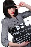 Frau mit einem clapperboard lizenzfreies stockfoto