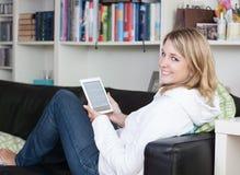 Frau mit einem ebook Leser Lizenzfreies Stockfoto