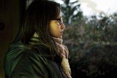 Frau mit einem entfernten Anstarren Stockfoto