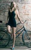 Frau mit einem Fahrrad Stockfoto