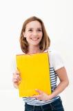 Frau mit einem Faltblatt lizenzfreies stockfoto