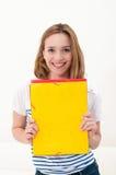 Frau mit einem Faltblatt lizenzfreie stockfotografie